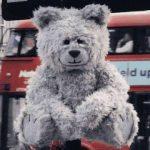 ロンドンに現れた、大気汚染で咳をするテディーベア「Toxic Toby」